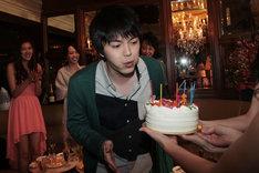 誕生日ケーキのろうそくを吹き消す林遣都。(c)関西テレビ
