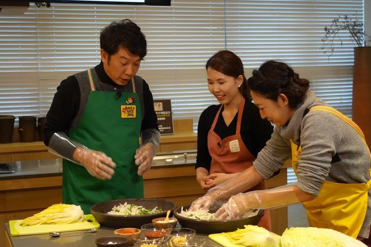 「時短!簡単!今夜使える美食レシピ~食べてキレイに!韓流食材の秘密~」で韓国を訪れ、キムチ作りを学ぶTKO木本(左)と北陽・虻川(右)。(c)関西テレビ
