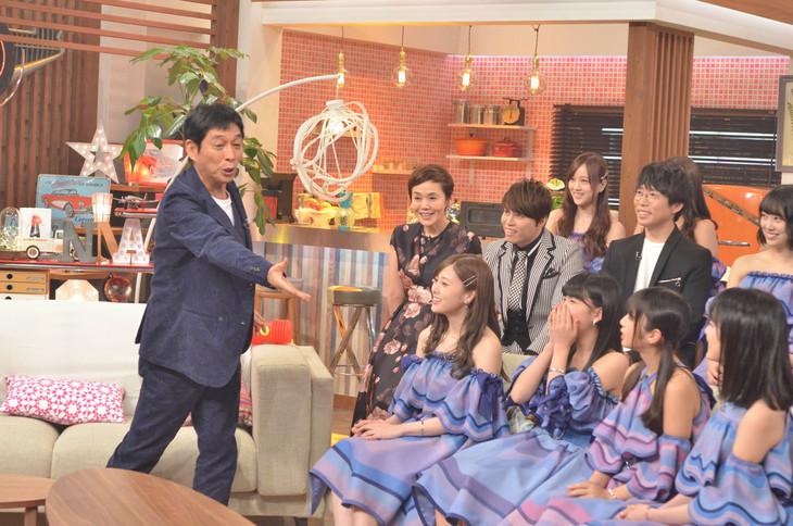 「第3回明石家紅白!」で乃木坂46のメンバーとトークする明石家さんま。(c)NHK