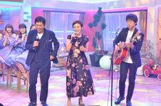 デュエットを披露する、明石家さんま(前方左)と大竹しのぶ(前方中央)。(c)NHK