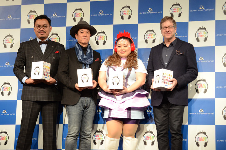 「ENGLISH JUKE BOX」のブランドアイコンに起用された渡辺直美(左から3人目)。