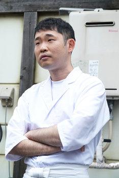 今野浩喜演じる料理人・櫻井俊雄。
