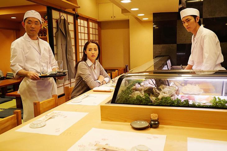 映画「不能犯」より、今野浩喜演じる料理人・櫻井俊雄(左)の登場シーン。