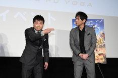 「お前に食わせるタンメンはねぇ!」のギャグを披露する次長課長・河本(左)。