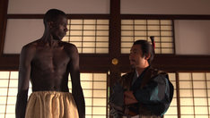 織田信長役の我が家・坪倉(右)。(c)テレビ東京