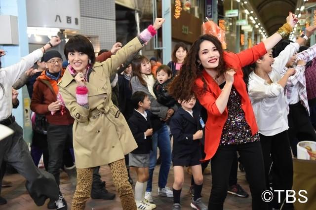 (手前左から)荻野目洋子、平野ノラ。