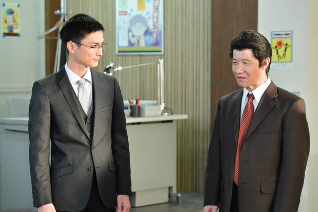 コント「捜査会議 熊本編」に出演する高良健吾(左)と内村光良(右)。(c)NHK
