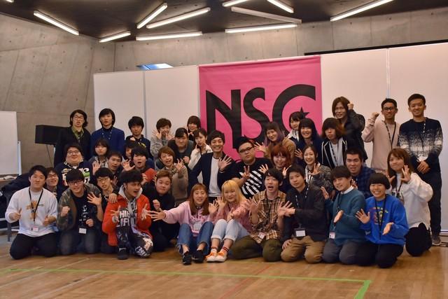 とろサーモン(中央)と、授業に出席したNSC生たち。