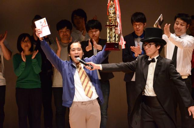 「トゥインクル1グランプリ2017」で優勝した南大介(前列左)と審査員長の片桐仁(前列右)。