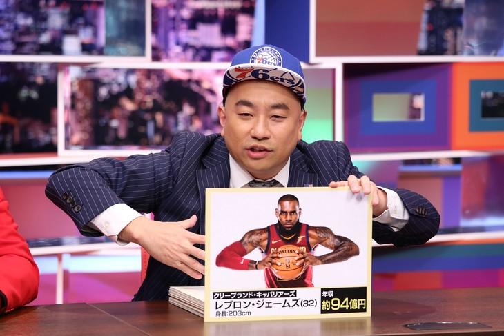 「採用!フリップNEWS」でNBA選手のあるあるを披露する、レイザーラモンRG。(c)中京テレビ