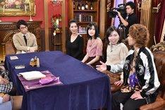 (左から)ロンドンブーツ1号2号・田村淳、紅蘭、須藤凛々花、尼神インター。(c)中京テレビ