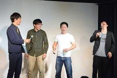 「最優秀新人賞」を獲得した卯月(右)と、話を聞く三福エンターテイメント(左)。