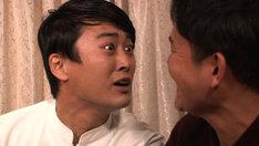 千鳥ノブ(右)とフリースタイルバトルを繰り広げる劇団ひとり(左)。(c)テレビ東京