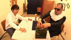 フリースタイルバトルを繰り広げる三四郎・小宮(左)と野性爆弾くっきー(右)。(c)テレビ東京