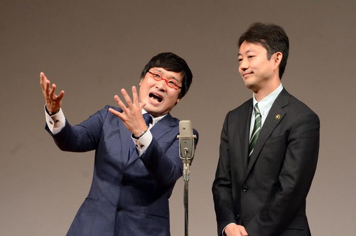 房総みそピーズとして漫才を披露した南海キャンディーズ山里(左)と熊谷俊人市長(右)。