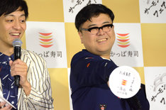 笑顔を弾けさせるとろサーモン久保田(右)。