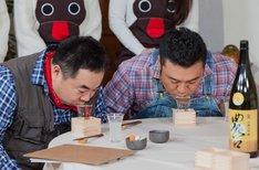 日本酒を試飲する(手前左から)ドランクドラゴン塚地、アンタッチャブル山崎。(c)ABC