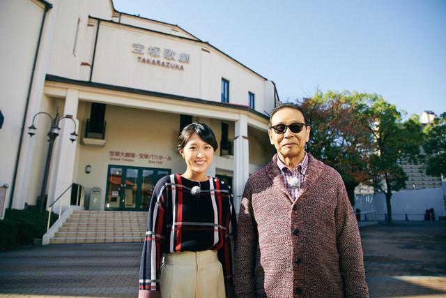 宝塚市を訪れる近江友里恵アナウンサーとタモリ(右)。(c)NHK