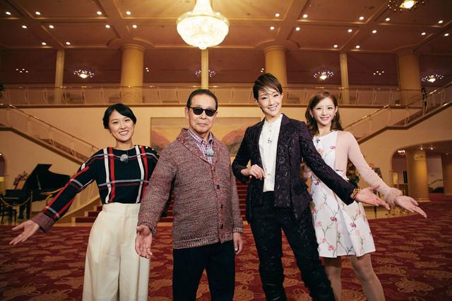 左から近江友里恵アナウンサー、タモリ、紅ゆずる、綺咲愛里。(c)NHK