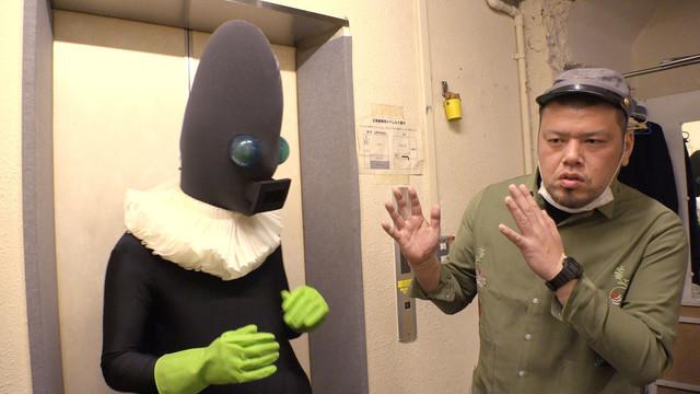 斎藤工扮する人印にアドバイスする野性爆弾くっきー(右)。