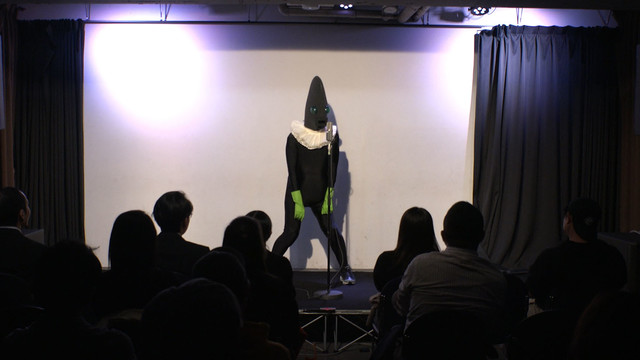 ステージでネタを披露する人印。