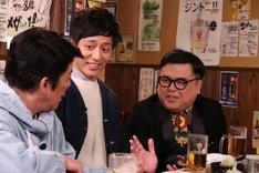 とろサーモンと坂上忍(左)。(c)フジテレビ