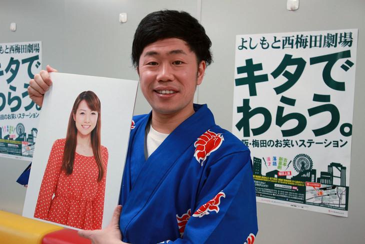 妻となる前田真希の写真を持つ吉田裕。