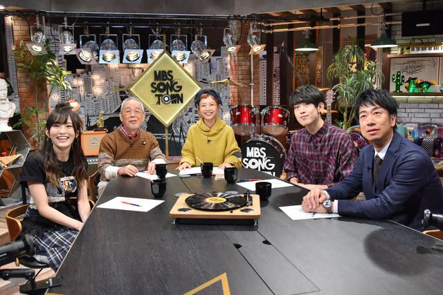スタジオゲストのテンダラー浜本(右端)。(c)MBS