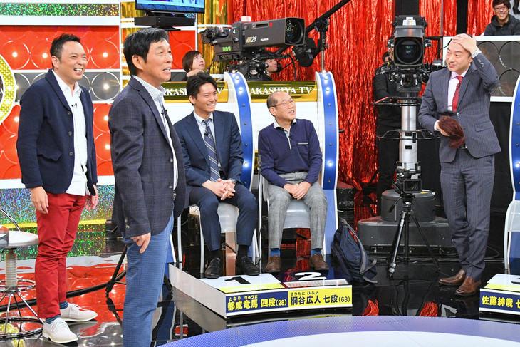 カツラを脱ぐ佐藤紳哉七段(左端)にスタジオは騒然。(c)MBS