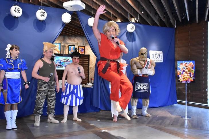ダチョウ倶楽部・肥後が「ストリートファイター」のキャラクター・ケンに扮して昇龍拳を繰り出した場面。