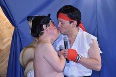 キスのくだりを繰り広げる(左から)ダチョウ倶楽部・上島と山口祥義・佐賀県知事。