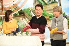 長財布を手にする(左から)杉崎美香、FUJIWARA藤本、梅宮アンナ。(c)TBS