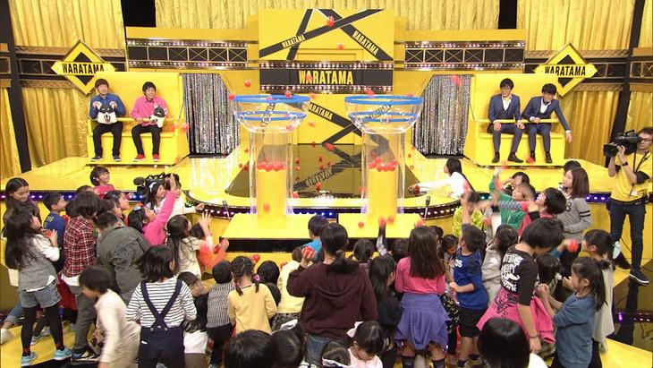 玉入れの様子を見守るシューマッハとヤーレンズ。(c)NHK
