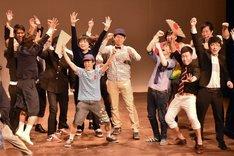 対抗戦ライブの勝利に沸くスクールJCAの現役生たち。