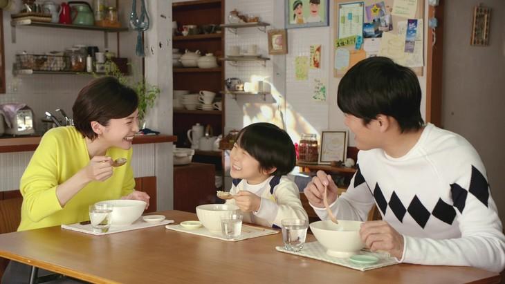 CM「サッポロ一番 チーズリゾット篇」に出演する(左から)竹内結子、寺田心、劇団ひとり。