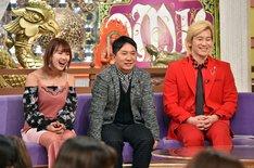 (左から)岡井千聖、爆笑問題・田中、メイプル超合金カズレーザー。(c)TBS