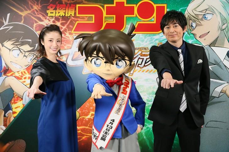 映画「名探偵コナン ゼロの執行人(しっこうにん)」に出演する博多大吉(右)と上戸彩(左)。