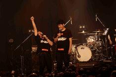 MCで会場を盛り上げる野性爆弾くっきー(左)と小籔千豊(右)。