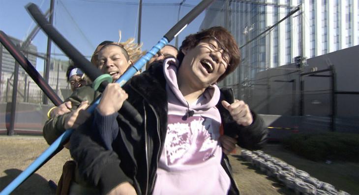 「どういうお笑い王」でツッコミを担当する三四郎・小宮(手前)。(c)テレビ東京