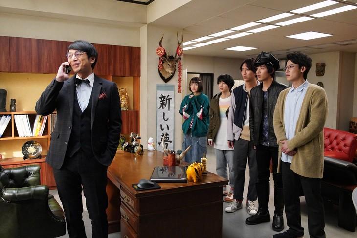 ドラマ「ドルメンX」より。手前左がチュートリアル徳井演じる羽多野社長。