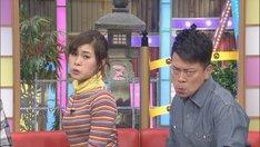 変顔でゴリラ対決をする雨上がり決死隊・宮迫(右)と村上佳菜子(左)。(c)CBC