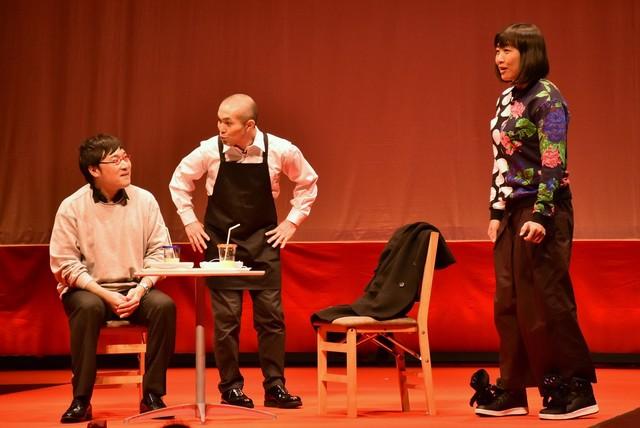 コントを披露する南海キャンディーズと、そのコントの台本を書き、自らも出演するラブレターズ塚本(中央)。