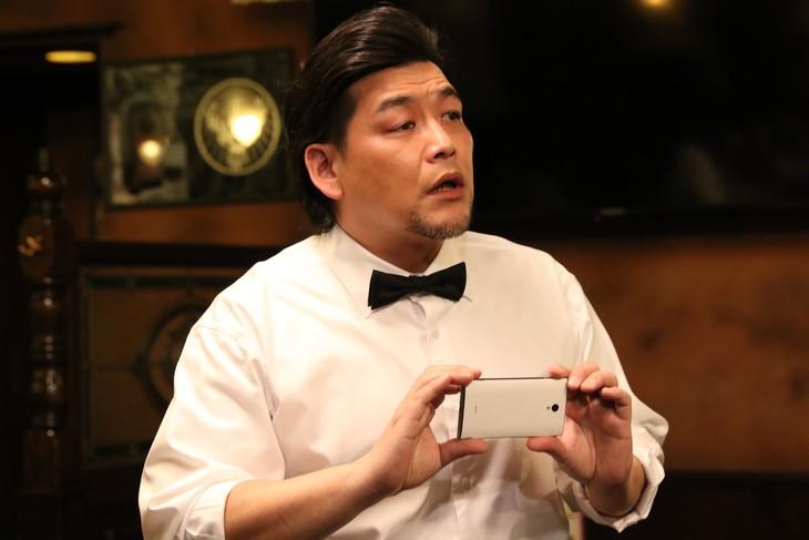 ドラマ「BG~身辺警護人~」に飲食店の店員役で出演するサンドウィッチマン富澤。(c)テレビ朝日