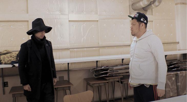 再会する斎藤工(左)と野性爆弾くっきー(右)。