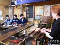 「福岡すっぴんツアー!8 ツウも唸る博多の隠れ家 春吉SP」のワンシーン。(c)FBS
