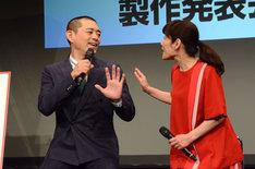 劇中同様、夫婦のようなやり取りを見せる博多華丸(左)と富田靖子(右)。