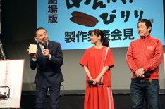 報道陣に土産の明太子を用意しているとアピールする博多華丸(左)。