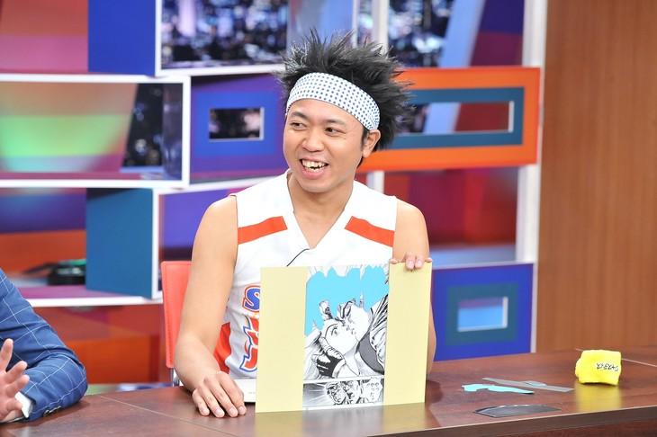 「採用!フリップNEWS」にて、マンガの面白さを擬音に注目してプレゼンする、サンシャイン池崎。(c)中京テレビ