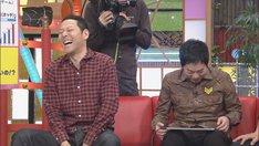 ネットクレーンゲームを楽しむ今田耕司(右)と、東野幸治(左)。(c)CBC