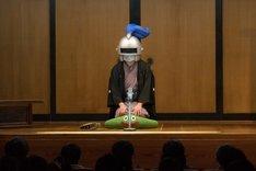 「ナイト亭ぴえーる之丞」に扮して、スライムを模した座布団に座る、笑福亭鉄瓶。
